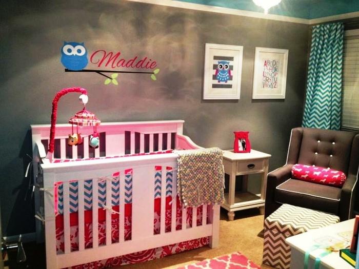 chambre d'enfant en gris et rose, dessin mural hibou, lit rose, tabouret à zigzags