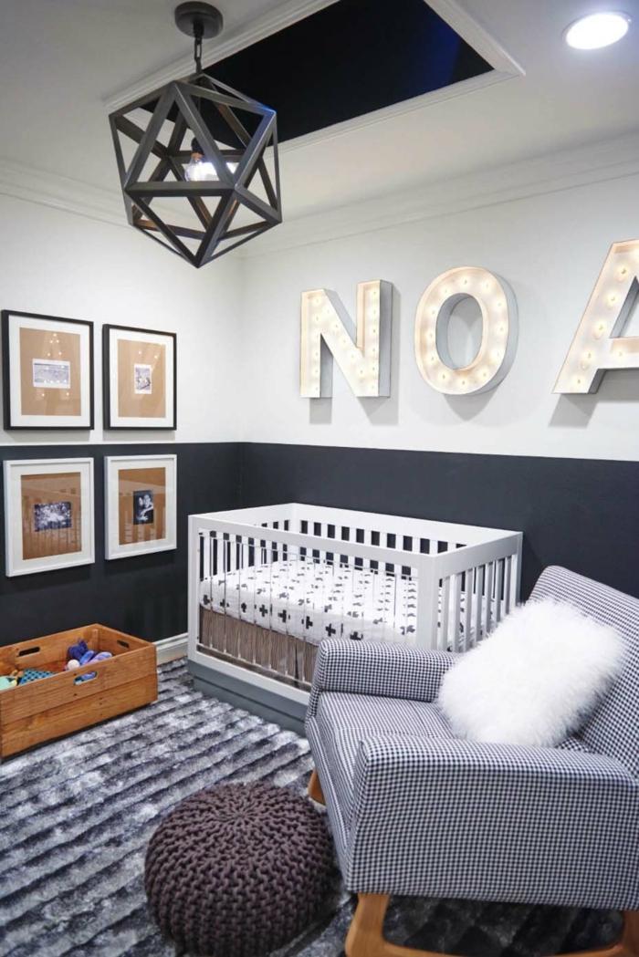 chambre d'enfant, fauteuil gris et coussin blanc, murs en gris pâle, plafonnier géométrique-tapis-gris