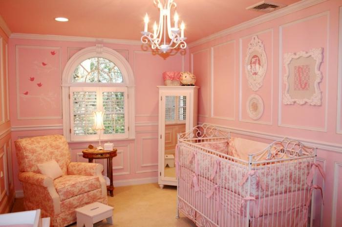 chambe d'enfant rose, fauteuil dessin floral, fenêtre arquée, frises murales blanches