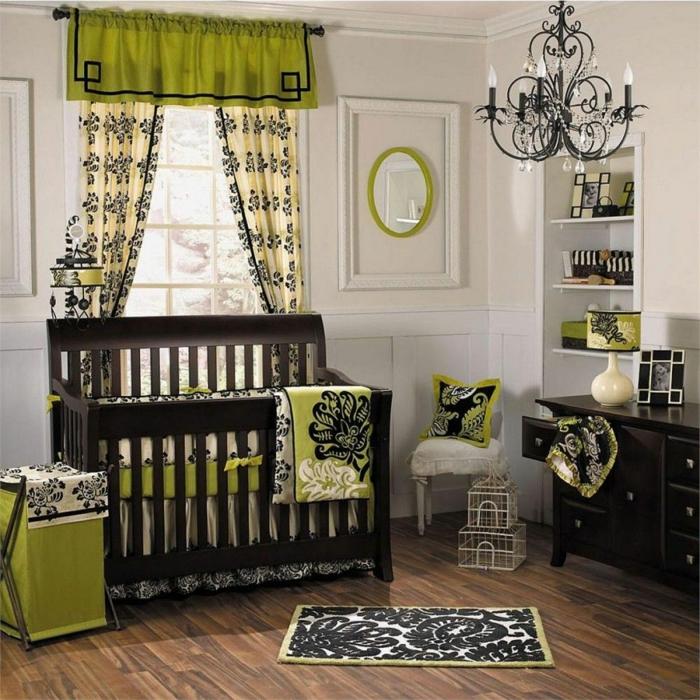 chambre d'enfant, lit en bois foncé, plafonnier baroque, peinture mrale gris pâle