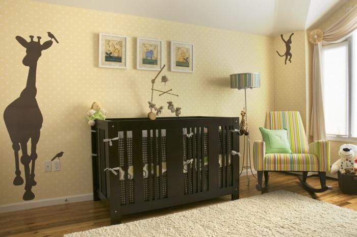 chambre d'enfant, silhouettes d'animaux au mur, tapis blanc moelleux, fauteuil berçant