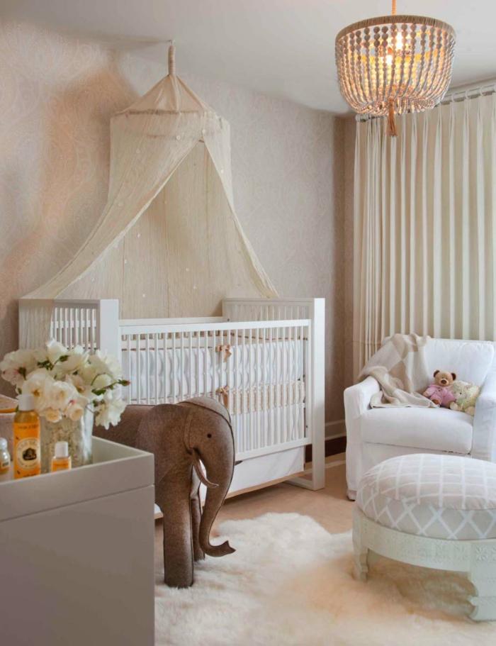 chambre d'enfant stylée, plafonnier oriental, éléphant peluche, vase avec pivoines, rideaux blancs