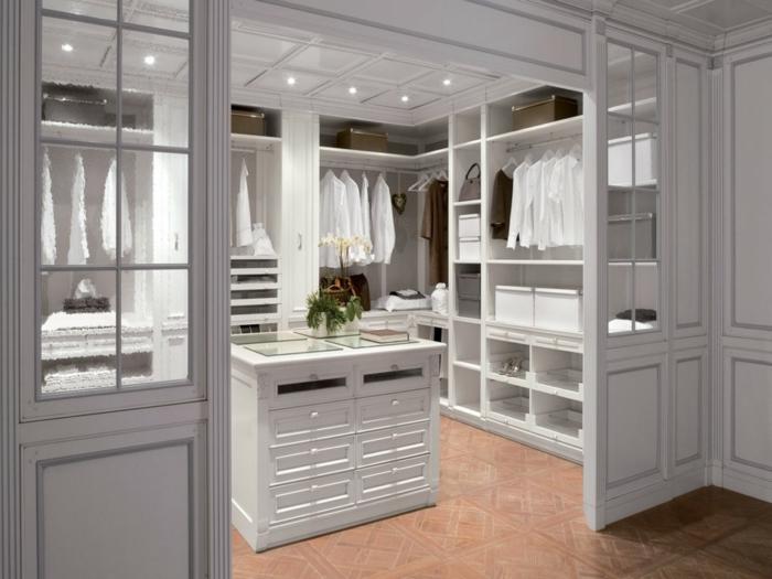 chambre dressing avec île centrale blanche, éclairage encastré au faux plafond