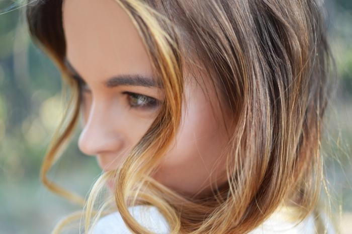couleur de cheveux, technique de coloration balayage blond sur base châtain avec reflets dorés et cuivrés