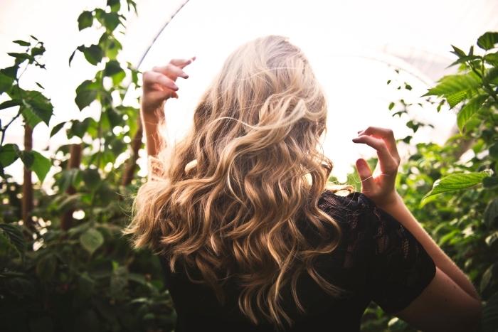 chatain cuivré, coupe de cheveux longs et bouclés de nuance blond foncé aux reflets miel
