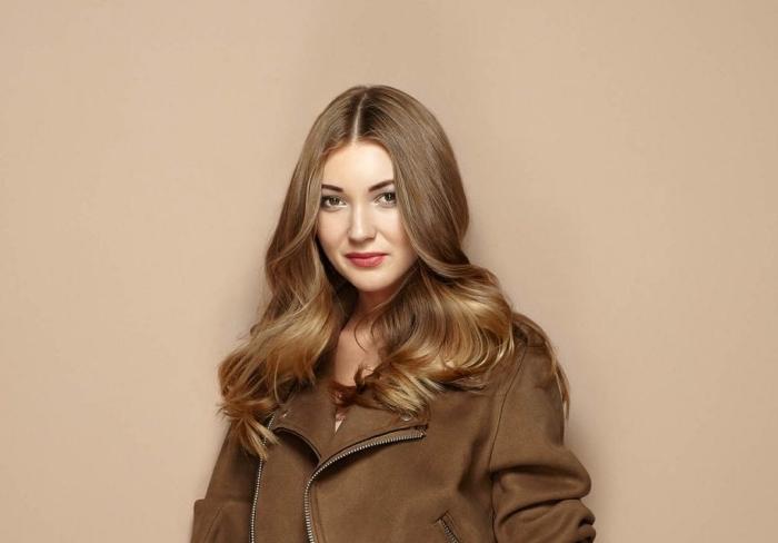 couleur chatain, coiffure de cheveux longs et bouclés de nuance blond foncé avec reflets dorés