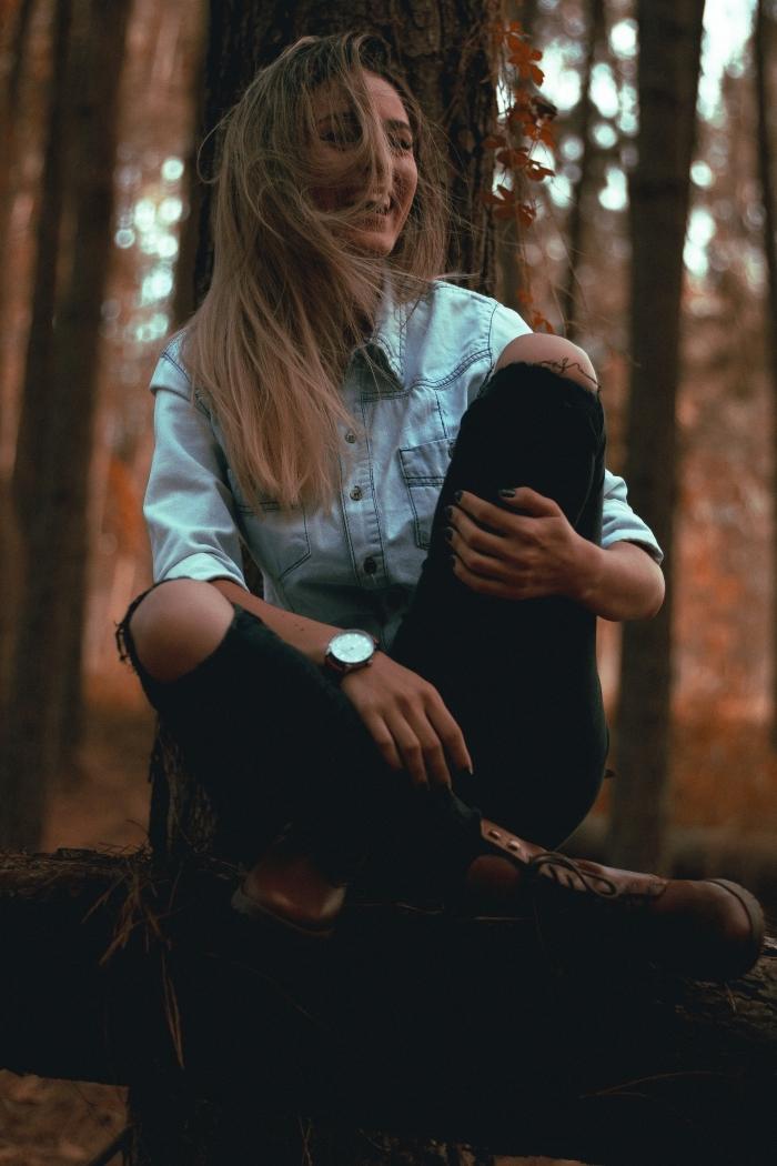 chatain clair doré, comment porter la chemise en denim avec pantalon troué sur les genoux et bottines en cuir marron