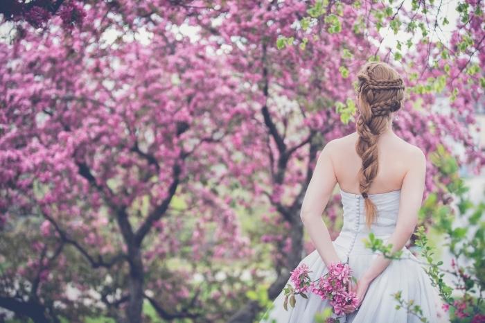 idée coiffure de mariée pour cheveux longs avec tresse, robe de mariée blanche de style princesse