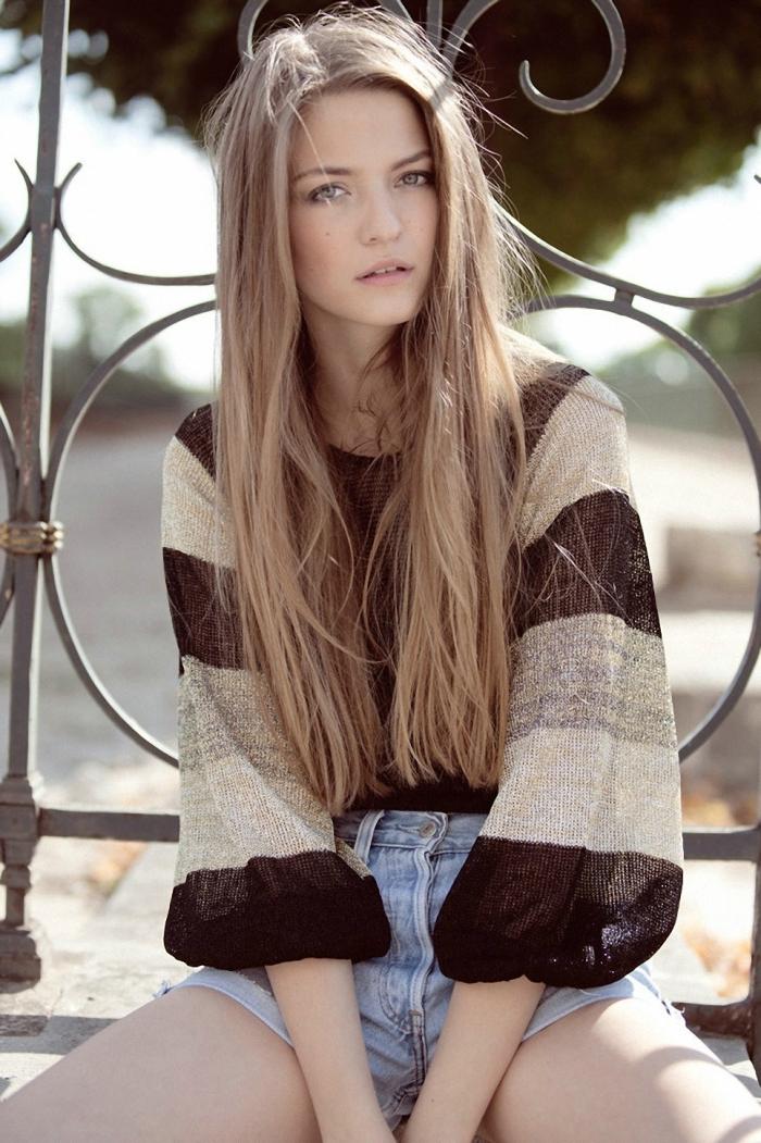 couleur de cheveux, jeune femme aux cheveux longs et raids de nuance blond foncé