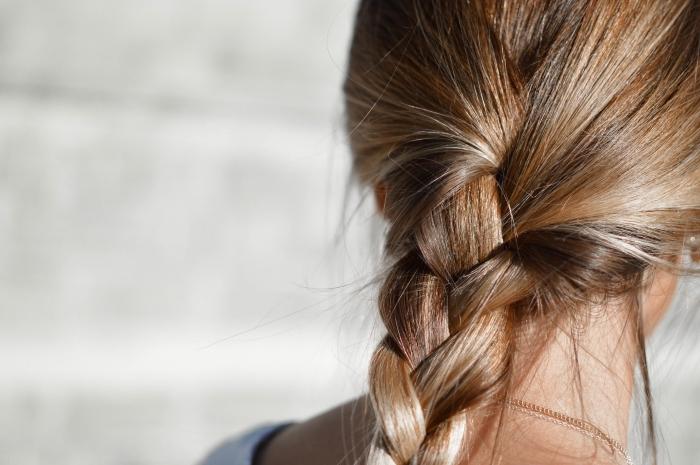 couleur chatain clair, idée pour coiffure sur cheveux longs attachés en tresse de couleur châtain avec mèches blondes