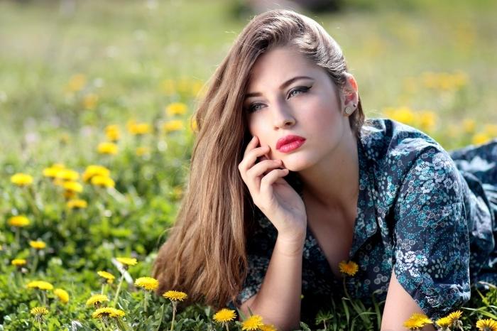 blond cendré, femme dans la nature aux cheveux longs et raids de nuance naturelle châtain clair
