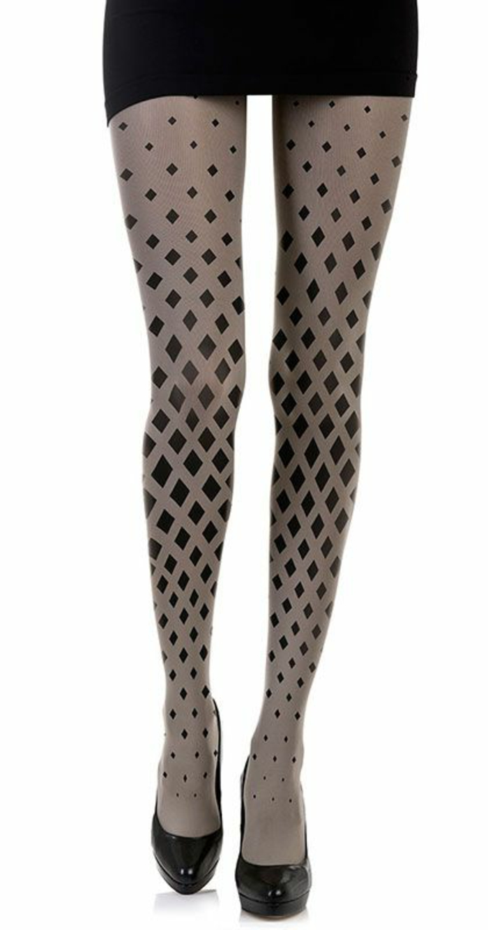 collant en gris pastel et noir, aux motifs losanges noirs,porté avec une mini robe en noir, tenue chic et choc, chaussures talons aiguilles en laque noire