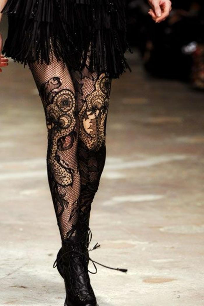 collants noirs avec des arabesques semi-transparentes, chic détail choc, avec mini jupe en franges noires, chaussures rétro avec des ficelles noires fines