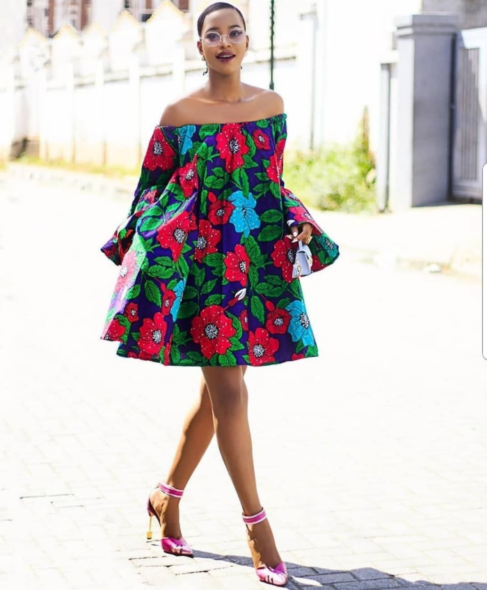 avec quelles chaussures portes une robe courte, idée robe de tissu africain aux motifs feuilles vertes et fleurs rouges