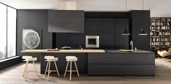 idée de déco minimaliste dans une cuisine noire avec tabourets de bar en bois et siège blanche