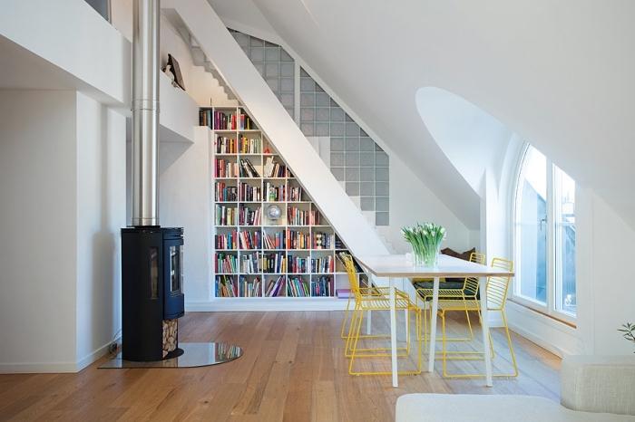 décoration salon blanc avec escalier et bibliothèque blanche sous pente, comment optimiser l'espace avec une armoire sous pente