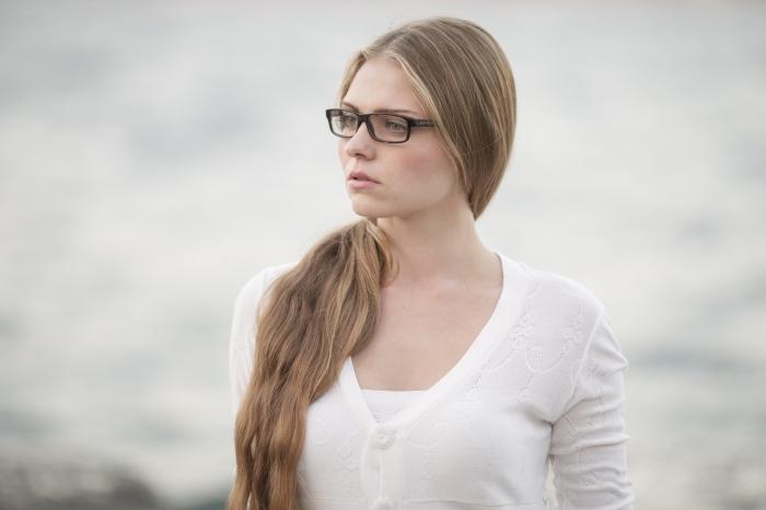 coloration chatain clair, femme aux cheveux longs de nuance blond foncé avec maquillage naturel aux lèvres nude