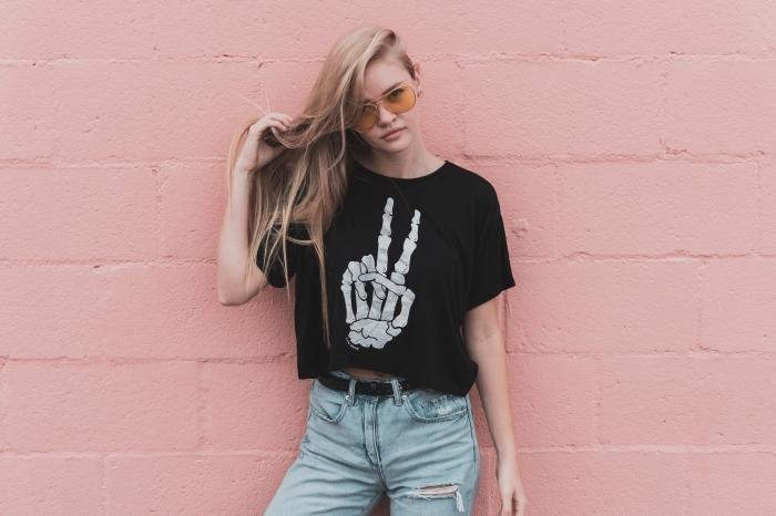 couleur chatain, comment bien s'habiller ado avec paire de jeans claires et t-shirt noir pour femme