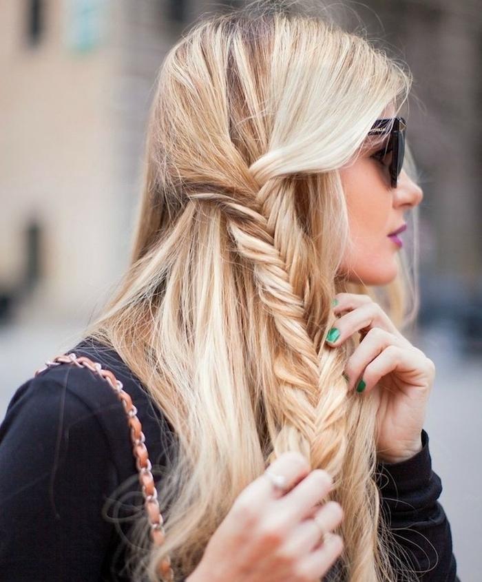 idée de coiffure femme simple et rapide avec une tresse en épi sur le coté, cheveux longs blond, tenue couleur noire