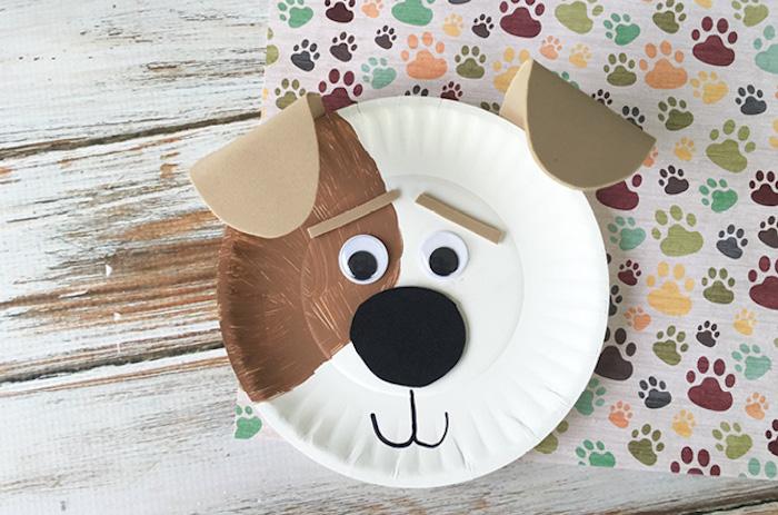 bricolage enfant facile avec une assiette en papier avec dessin de chien aux oreilles en cuir, des yeux mobiles et nez noir rond