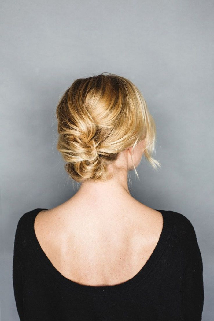 un chignon cheveux courts simple et rapide réalisé idéal pour les fêtes avec des mèches torsadées