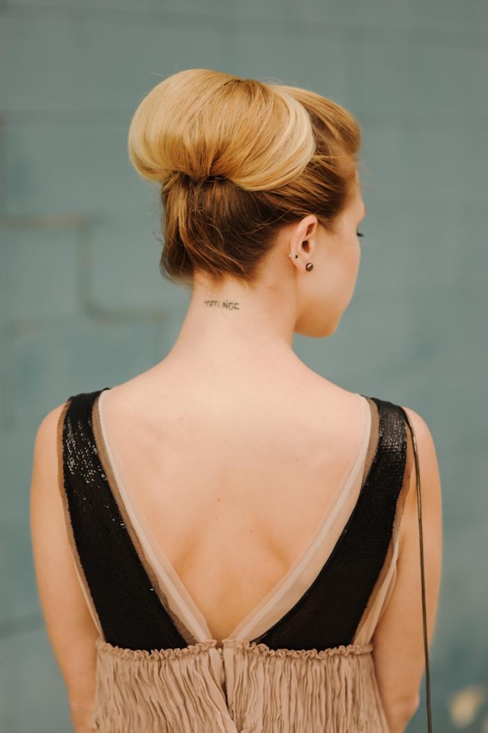 un chignon facile enroulé qui met en valeur le balayage blond, coiffure chic réalisé sans efforts
