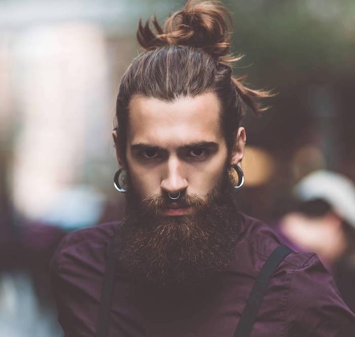 chignon homme man bun avec longue barbe hipster