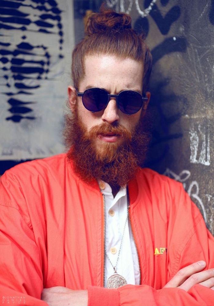 cheveux longs chignon homme man bun et barbe rousse
