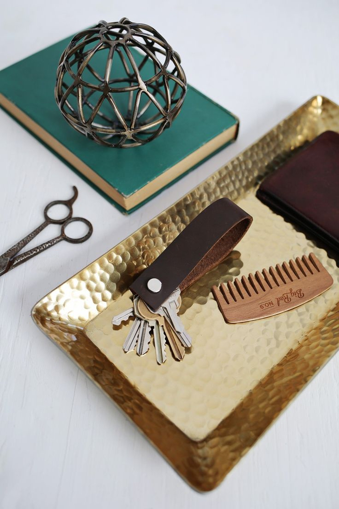 idée cadeau homme à faire soi-même, un porte-clé en cuir au design élégant et masculin