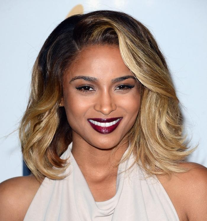cheveux femme stylés, idée de cheveux ombré hair blond, racines chatain foncé, coiffure volumineuse style retro