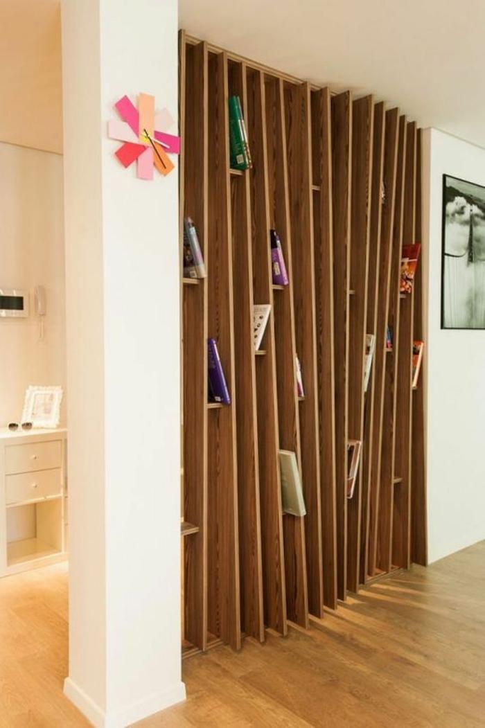 étagère de séparation en bois, avec des barreaux asymétriques, effet ondulant, pour dynamiser l'espace, sol recouvert de parquet en couleur jaune