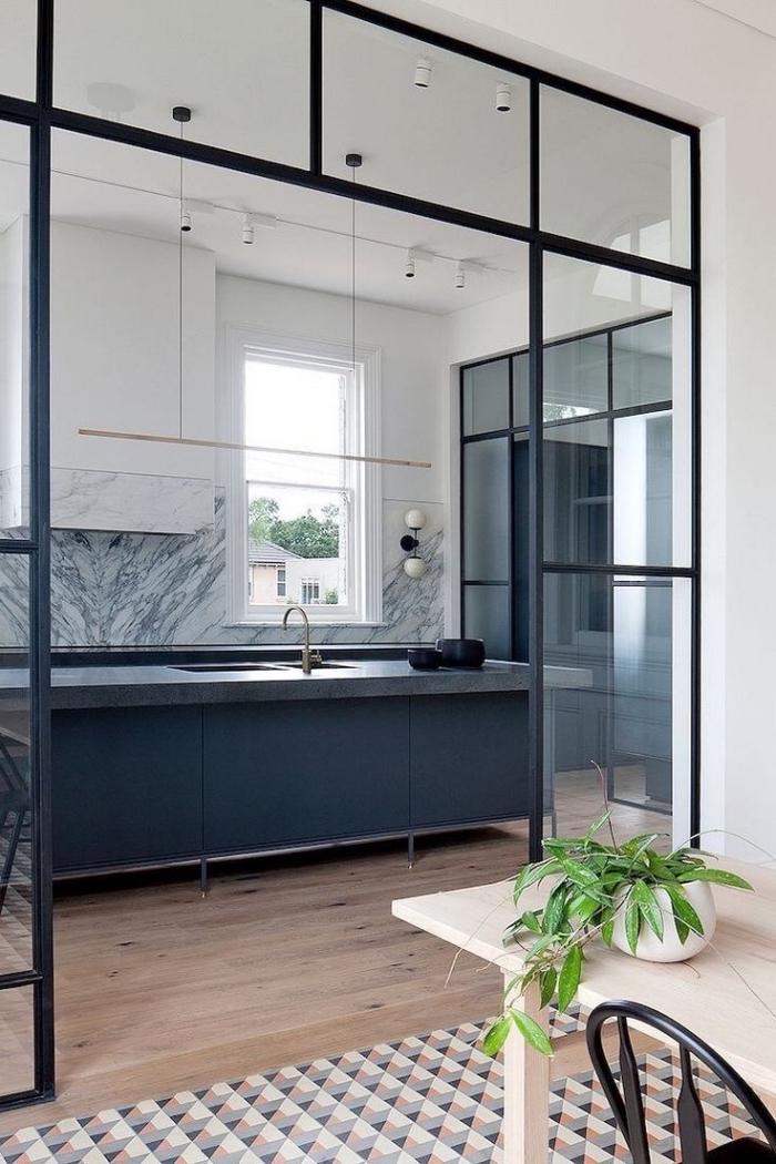 verriere coulissante, déco de luxe avec crédence en marbre gris et meubles de cuisine blanc et gris anthracite sans poignées