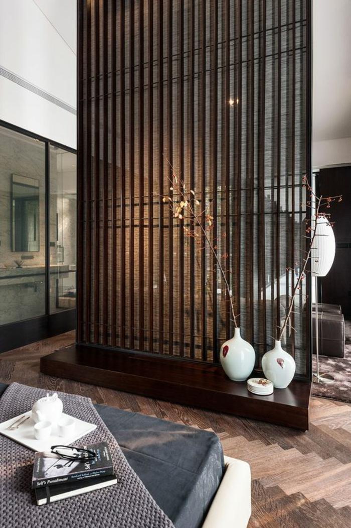 cloison separation, separateur de piece en bois couleur nuance cerise, salon et chambre divisées, parquet en marron et neige