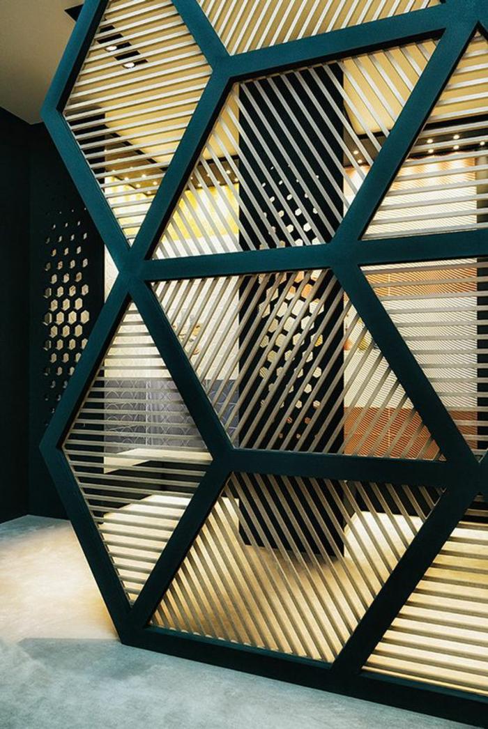 separateur de piece en métal en bleu pétrole, avec des rayures horizontales, verticales et diagonales, formes géométriques losanges