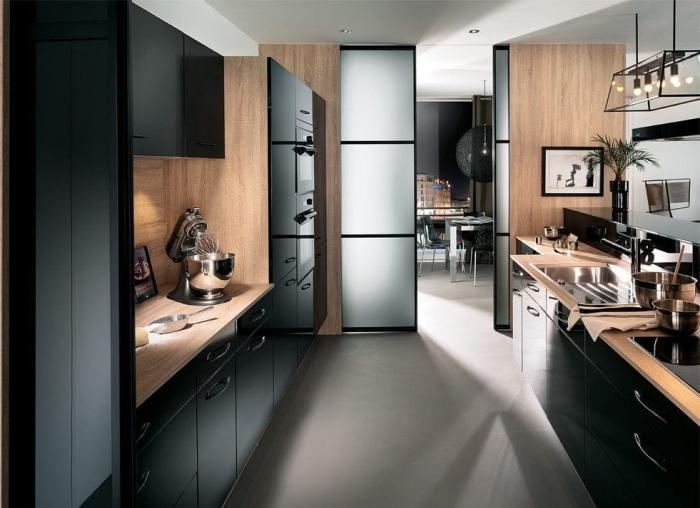 idée comment aménager une cuisine en parallèle avec plafond blanc et meubles noirs, cuisine ikea noire