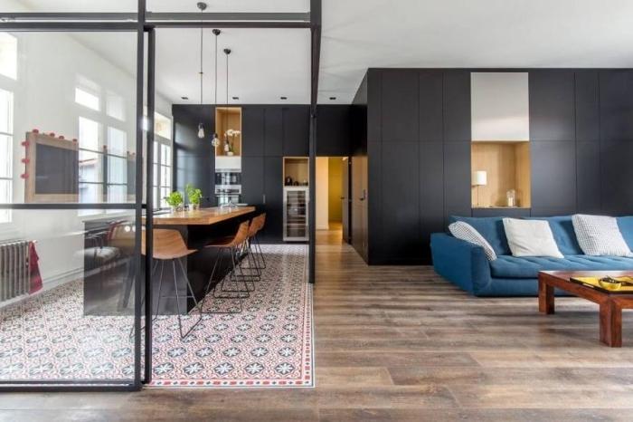 verriere cuisine, revêtement de sol avec carrelage et bois, décoration de cuisine en bois et noir matte