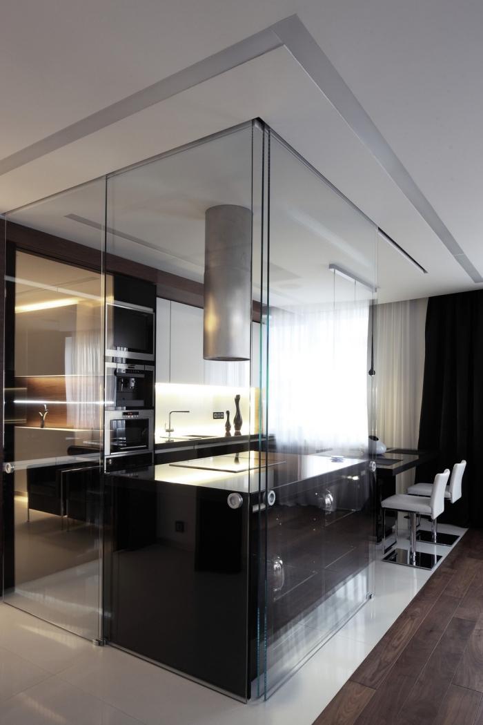 cuisine semi ouverte, espace culinaire moderne avec ilot central, cuisine équipée en noir et argent
