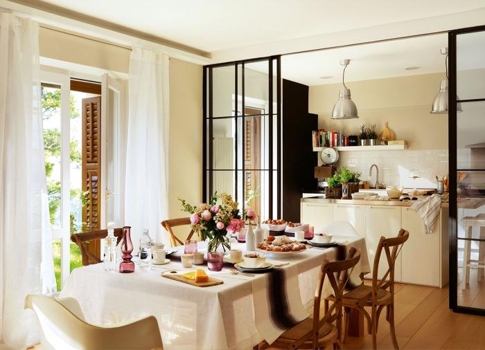 cuisine verriere, cuisine et salle à manger de style campagne avec voiles blanches et meubles en bois