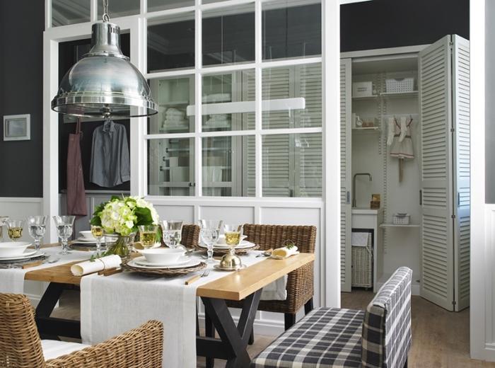 cuisine avec verrière, décoration de la table à manger en bois avec pieds en métal noir et chaises en ratan