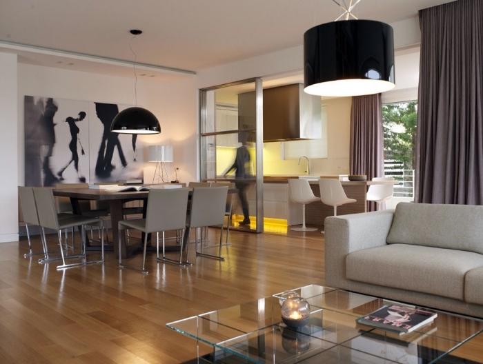 cuisine ouverte sur séjour, grande peinture en blanc et noir sur mur blanc, déco cuisine en longueur ouverte vers la salle à manger