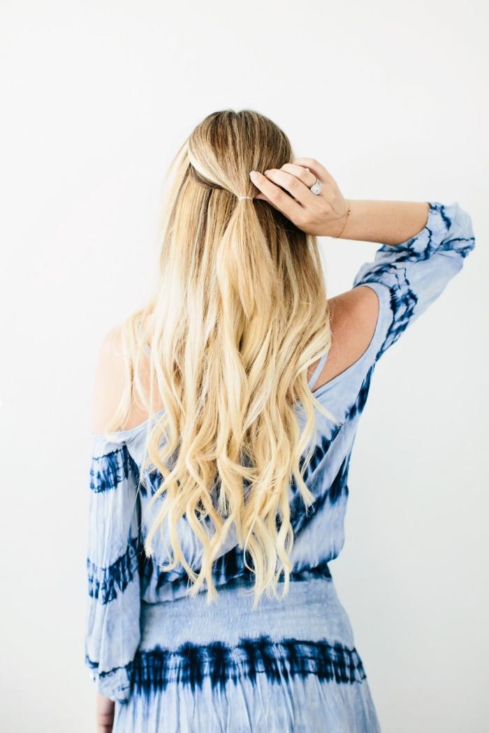 étape à suivre pour faire une coiffure de cheveux longs et boucles attachés en demi queue de cheval