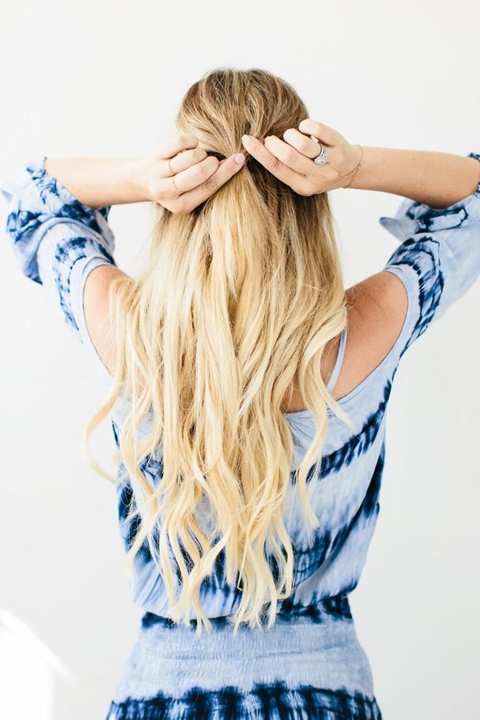 modele de coupe de cheveux, tutoriel avec photo pour apprendre à réaliser une coiffure de cheveux longs mi-attachés