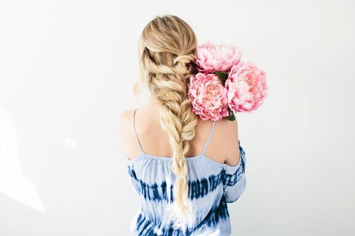 tendance coiffure, étape finale de tuto coiffure sur cheveux longs attachés en tresse et avec mèches devant