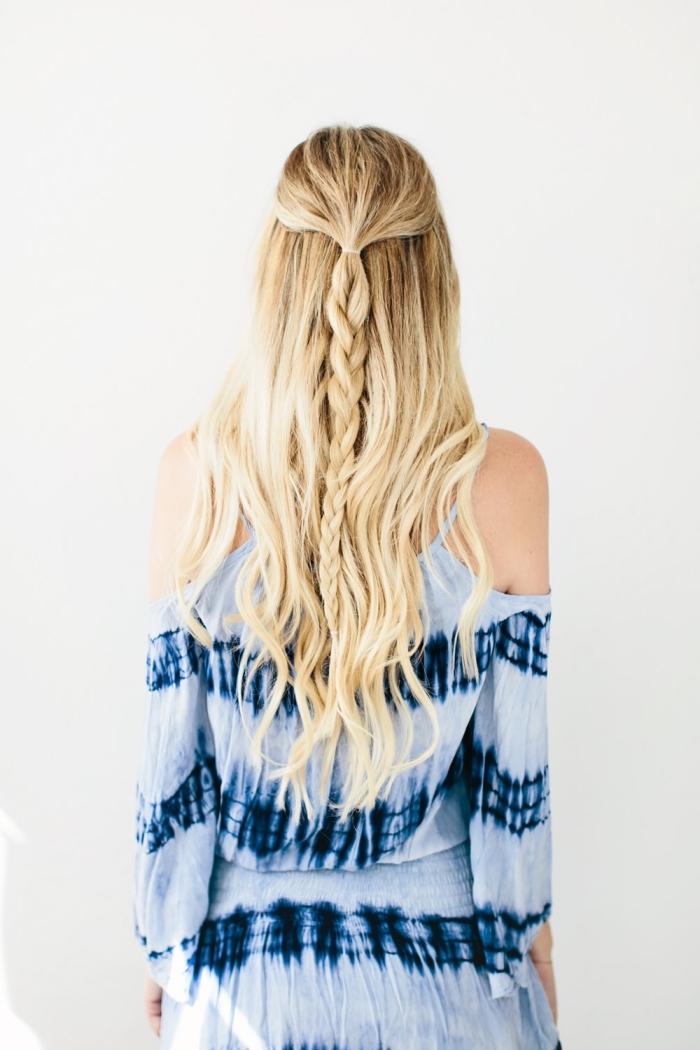 coiffure femme, cheveux longs et bouclés en demi queue de cheval tressés avec mèches blondes sur base châtain foncé