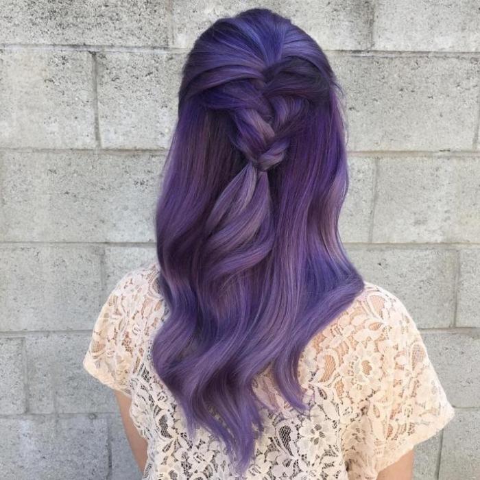 couleur cheveux violine pastel, coiffure romantique aux cheveux bouclés mi-attachés en tresse avec mèches violet