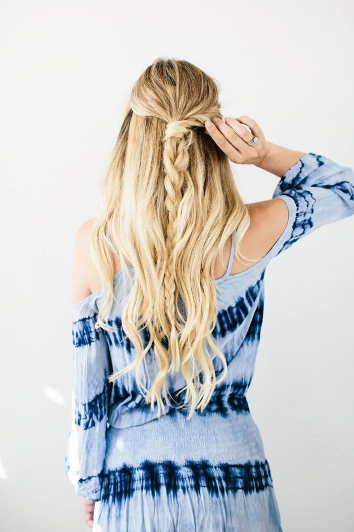 tuto coiffure, les étapes à suivre pour attachés les cheveux longs en demi queue de cheval et tresse