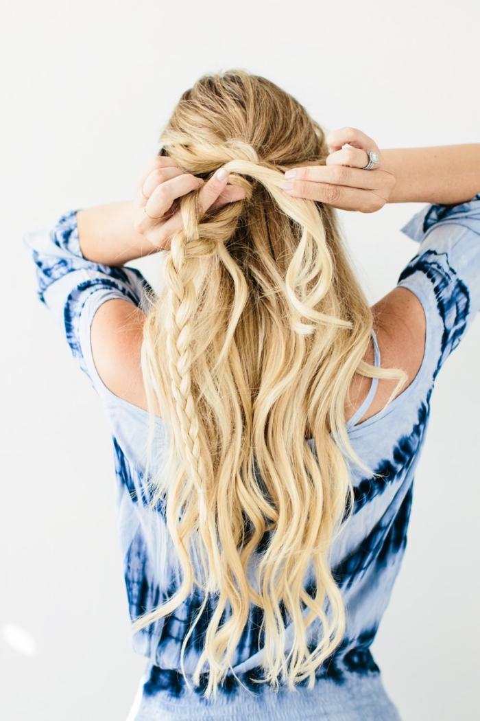 coiffures faciles, technique de tressage pour faire une coiffure originale sur cheveux longs avec mèches et boucles
