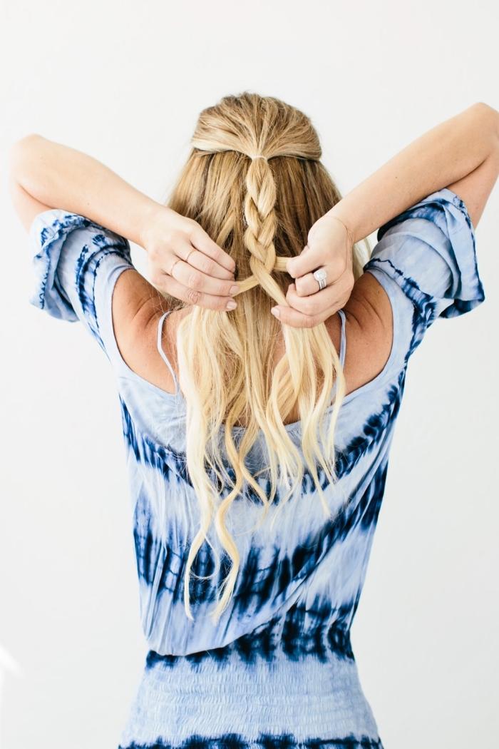 modele de coiffure, tutoriel pour attachés les cheveux en demi queue de cheval et tresser la queue en natte