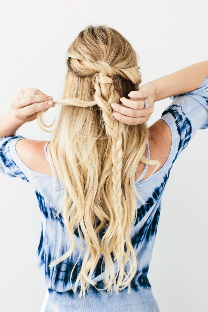 coiffure tresse, photo pour réaliser une coiffure facile sur cheveux longs et bouclés attachés en tresse