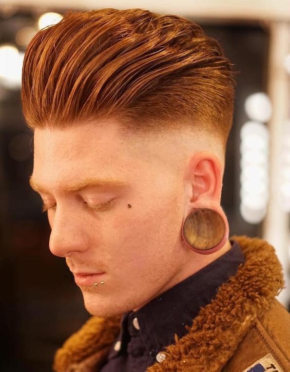 coupe de cheveux homme stylé en arrière rasé sur le coté dégradé américain